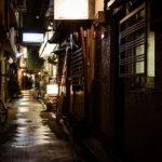 京都出張で雨上がりの夜の街並みをカメラ片手に観光