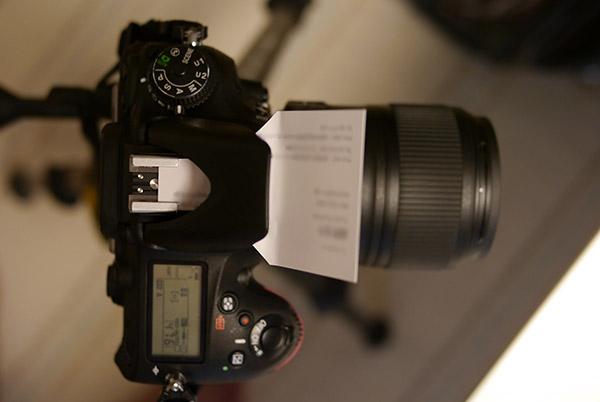 カメラ内蔵のストロボをバウンス!名刺ディフューザーでフィギュアを撮影